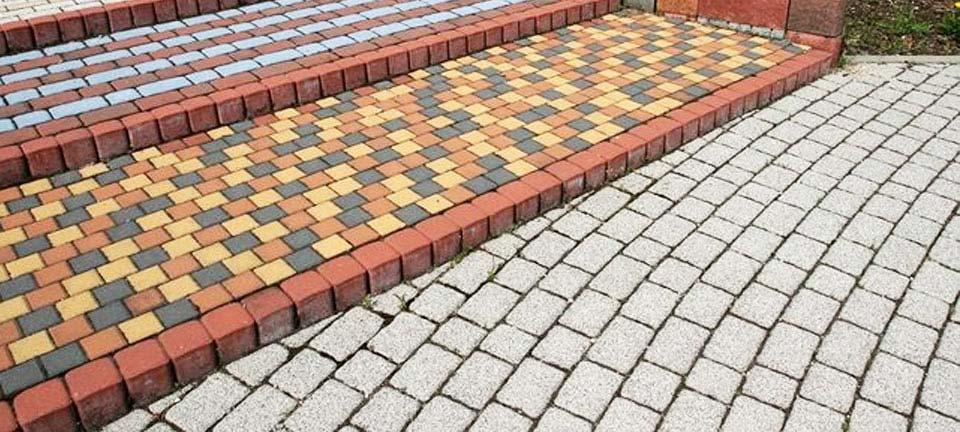 террасная лестница обустройенная тротуарной плиткой