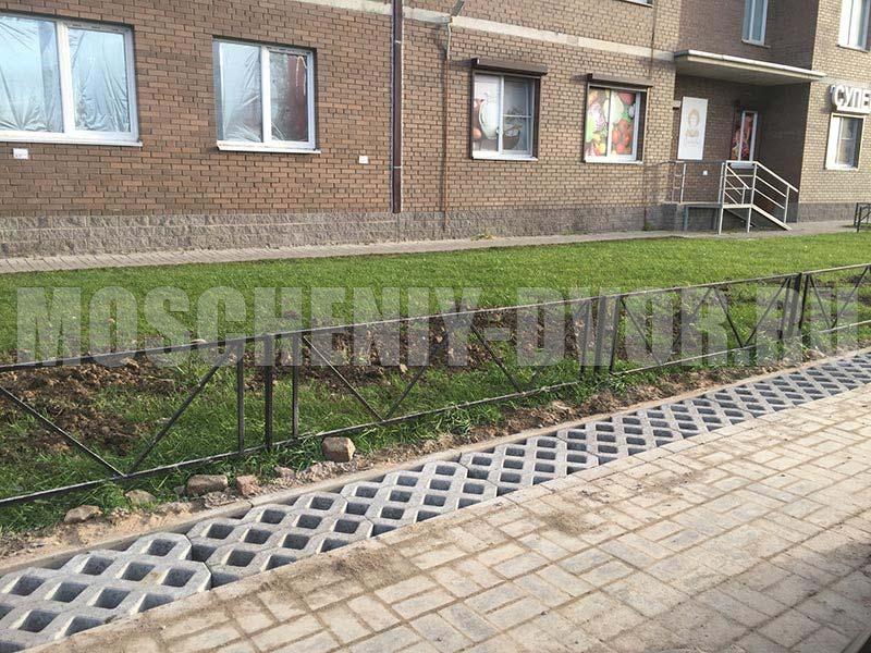 расширение тротуара плиткой газонная решетка
